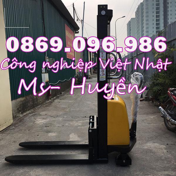Bạn chỉ có thể mua xe nâng bán tự động 1 tấn chính hãng tại Việt Nhật